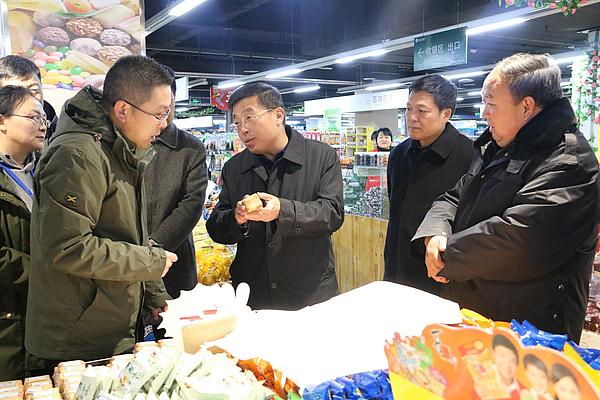 贺利贵在凯信地下商场查看食品是否过期.JPG