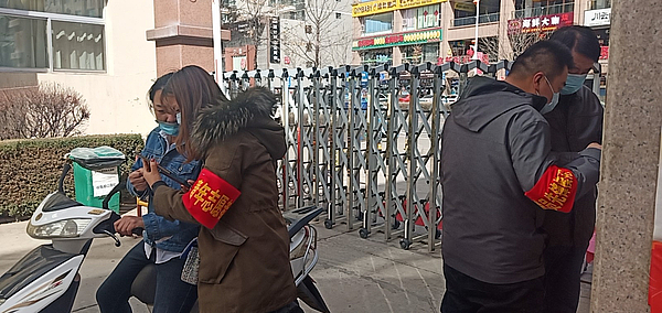 志愿者指导居民申领陕西健康码1.jpg